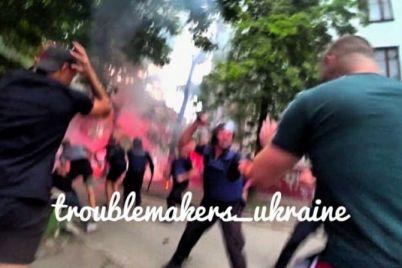 v-zaporozhe-futbolnye-fanaty-ustroili-potasovku-v-tolpu-brosili-petardu.jpg