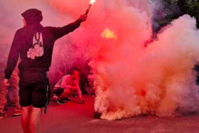 v-zaporozhe-futbolnye-fanaty-zabrosali-avtobus-s-inostranczami-kamnyami.png