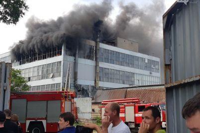 v-zaporozhe-gorit-obuvnaya-fabrika-na-meste-rabotaet-neskolko-pozharnyh-mashin-foto-video.jpg