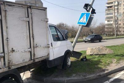 v-zaporozhe-gruzovik-snes-stolb-s-dorozhnym-znakom.jpg