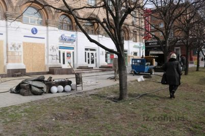 v-zaporozhe-istoricheskij-dom-nachali-chistit-ot-kraski-foto.jpg