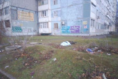 v-zaporozhe-iz-lyuka-teplotrassy-spasateli-izvlekli-trup-foto.jpg