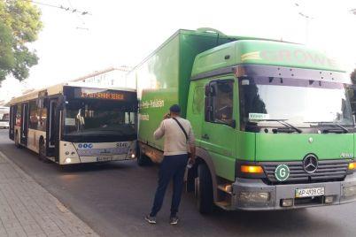 v-zaporozhe-iz-za-dtp-avtobusa-i-gruzovika-ostanovilos-dvizhenie-trollejbusov-foto.jpg