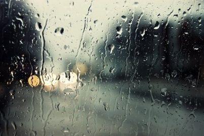 v-zaporozhe-iz-za-silnogo-livnya-zatopilo-marshrutku-video.jpg