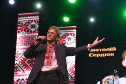 v-zaporozhe-izvestnaya-pesnya-podnyala-ves-zal.jpg