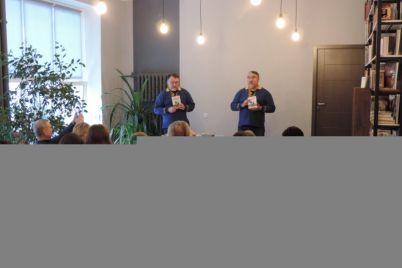 v-zaporozhe-izvestnye-bratya-pisateli-prezentovali-svoj-novyj-roman-foto.jpg