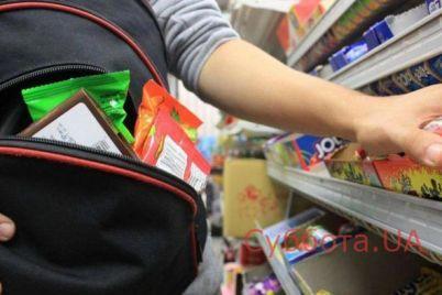 v-zaporozhe-kamera-nablyudeniya-v-supermarkete-zapechatlela-derzkuyu-krazhu-video.jpg