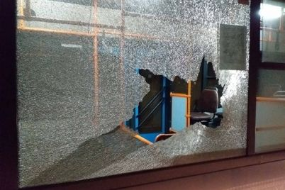 v-zaporozhe-kirpich-razbil-vdrebezgi-okno-bolshogo-avtobusa-foto.jpg
