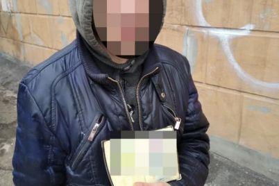 v-zaporozhe-kladmen-razotkrovennichalsya-s-patrulnoj-policziej-foto.jpg