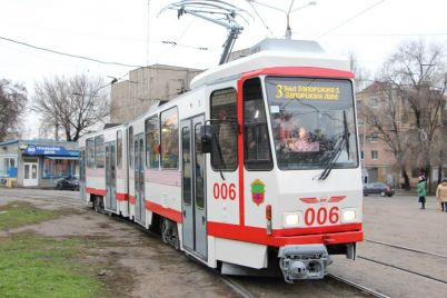 v-zaporozhe-legkovoj-avtomobil-zastryal-na-tramvajnyh-putyah-video.jpg