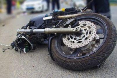 v-zaporozhe-legkovushka-sbila-motocziklista-i-skrylas-s-mesta.jpg