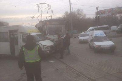 v-zaporozhe-marshrutchik-pozaigryval-s-tramvaem.jpg