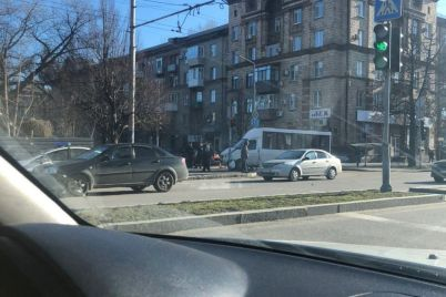 v-zaporozhe-marshrutka-s-passazhirami-popala-v-dtp-video-foto.jpg