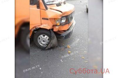 v-zaporozhe-marshrutka-s-polnym-salonom-passazhirov-vnutri-popala-v-dtp-foto.jpg