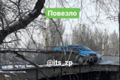 v-zaporozhe-mikroavtobus-chut-ne-vyletel-s-mosta-na-zh-d-puti-foto-video.png