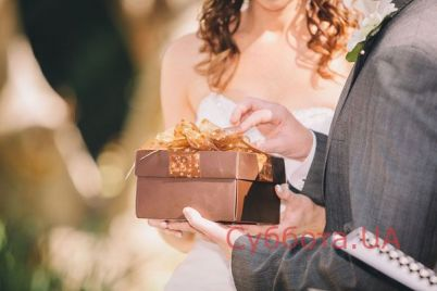 v-zaporozhe-molodozhenam-darili-neobychnye-podarki-na-svadbu-foto.jpg