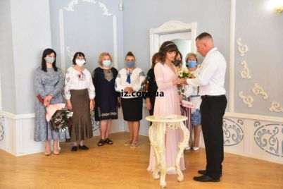 v-zaporozhe-molodozheny-postoyali-na-schaste-pod-unikalnym-rushnikom-foto.jpg