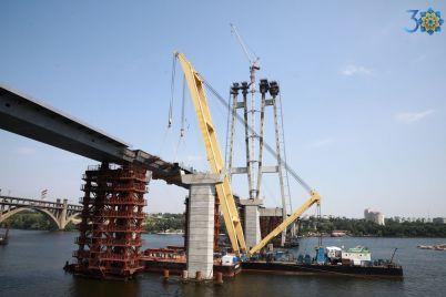 v-zaporozhe-mostostroiteli-soedinili-berega-ustanovlena-poslednyaya-sekcziya-vantovogo-mosta-foto.jpg