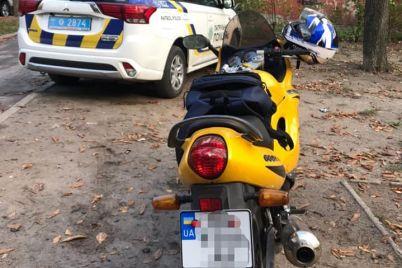 v-zaporozhe-motocziklist-s-poddelnym-svidetelstvom-o-registraczii-na-ts-rassekal-po-doroge-foto.jpg