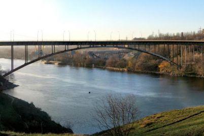 v-zaporozhe-muzhchina-hotel-prygnut-s-arochnogo-mosta.jpg