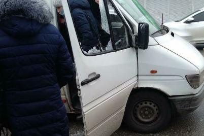 v-zaporozhe-muzhchina-razbil-steklo-v-marshrutke-foto.png