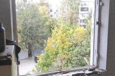 v-zaporozhe-muzhchina-vybrosil-iz-okna-chetvertogo-etazha-gazovuyu-plitu-i-mebel.jpg