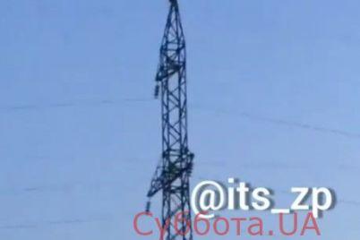 v-zaporozhe-muzhchina-zalez-na-elektrovyshku-i-hotel-s-neyo-sbrositsya-video.jpg