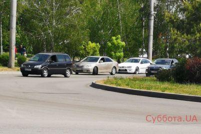 v-zaporozhe-na-avtomobilnom-kolcze-proizoshlo-dtp-video.jpg
