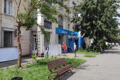 v-zaporozhe-na-czentralnom-prospekte-demontirovali-ogromnye-vyveski-i-reklamnye-konstrukczii-foto.jpg