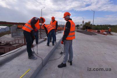 v-zaporozhe-na-finishnoj-pryamoj-raboty-po-betonirovaniyu-estakad-k-novomu-mostu-foto.jpg