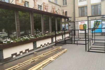 v-zaporozhe-na-glavnom-prospekte-hoteli-obustroit-nezakonnuyu-letnyuyu-ploshhadku-foto.jpg