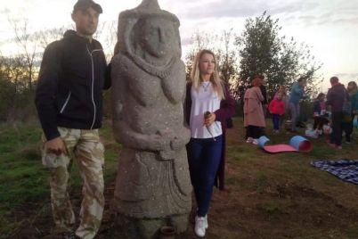 v-zaporozhe-na-kurgane-lyubvi-ustanovili-skulpturu-hranitelniczu-foto-video.jpg