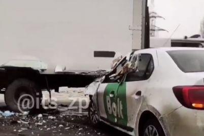 v-zaporozhe-na-mostu-taksi-vrezalos-v-furu-na-meste-rabotaet-skoraya.jpg