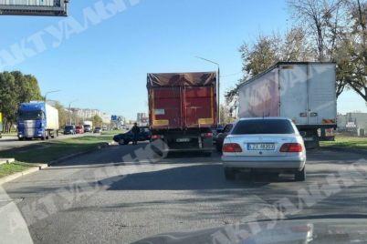 v-zaporozhe-na-naberezhnoj-magistrali-proizoshlo-dtp-v-seti-poyavilis-foto-s-mesta-sobytij.jpg
