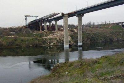 v-zaporozhe-na-novom-mostu-gotovyatsya-k-ustanovke-plity-proezda.jpg
