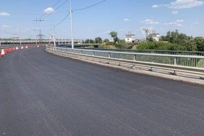 v-zaporozhe-na-pereezde-cherez-plotinu-usilyat-tresnuvshie-betonnye-plity.jpg