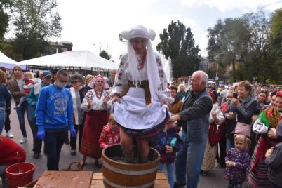 v-zaporozhe-na-ploshhadi-zhelayushhie-nogami-davili-v-bochke-vinograd-foto-video.jpg