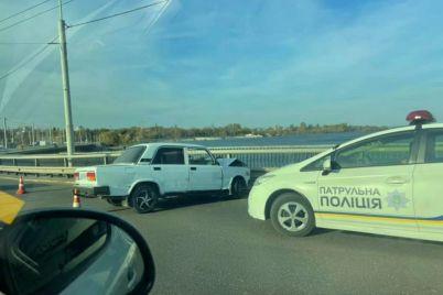 v-zaporozhe-na-plotine-dneprogesa-avtomobil-vrezalsya-v-ograzhdenie-postradal-voditel.jpg
