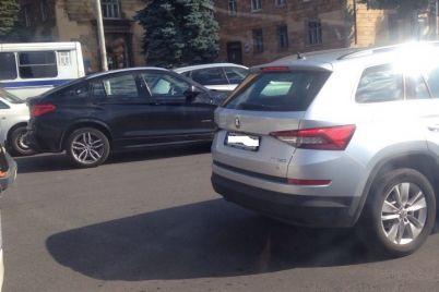 v-zaporozhe-na-plotine-obrazovalas-ogromnaya-probka-foto.jpg
