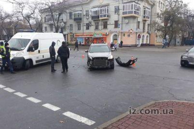 v-zaporozhe-na-pobede-infiniti-vyletela-na-trotuar-foto.jpg