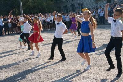 v-zaporozhe-na-prazdnik-pervogo-zvonka-detej-osypali-lepestkami-roz-i-zernom.jpg