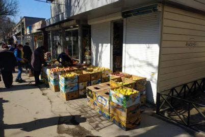 v-zaporozhe-na-prospekte-ovoshhami-i-fruktami-torguyut-pryamo-na-trotuare-foto.jpg