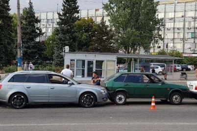 v-zaporozhe-na-prospekte-sobornom-srazu-4-avtomobilya-popali-v-dtp-foto.jpg