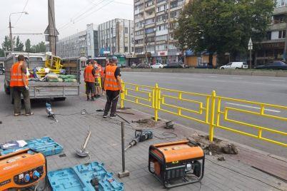 v-zaporozhe-na-pushkina-postavili-zabor-ostanovit-parkovku-na-trotuare-foto.jpg