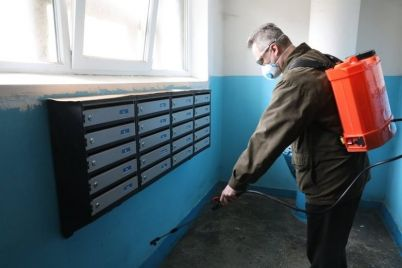 v-zaporozhe-na-sanitarnuyu-obrabotku-odnogo-poduezda-potratyat-10-litrov-dezsredstva.jpg