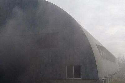 v-zaporozhe-na-territorii-predpriyatiya-sgorel-angar-plamya-tushili-17-spasatelej.jpg