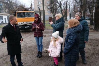 v-zaporozhe-na-ulicze-schastlivoj-ubrali-stihijnuyu-svalku.jpg