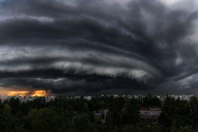 v-zaporozhe-nad-spalnym-rajonom-sobralis-chernye-tuchi-foto.jpg