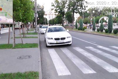 v-zaporozhe-narushiteli-pytalis-spryatat-nomer-avto-ot-parkovshhikov-no-te-vypisali-shtraf-na-meste.jpg