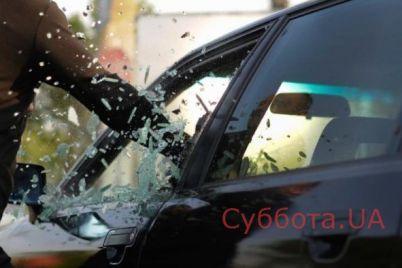 v-zaporozhe-neizvestnye-razbili-steklo-v-priparkovannom-avto-i-ukrali-czennye-veshhi-video.jpg